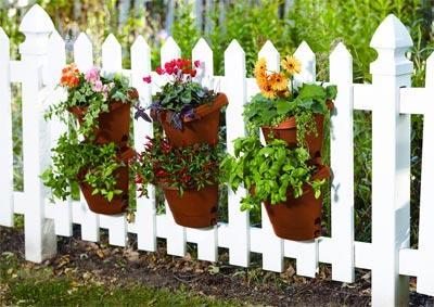 Fiskar S Vertical Planter Kit On Fence